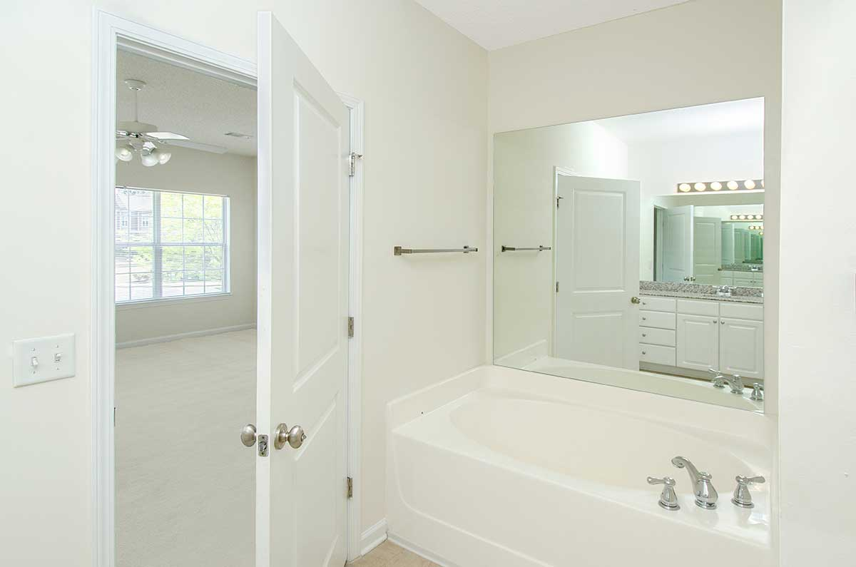 Master bath wit mirror
