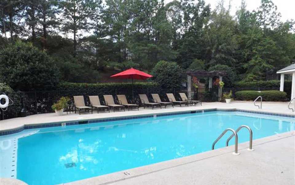 swimming pool at Greystone at Green Island Oaks Columbus GA Apartments
