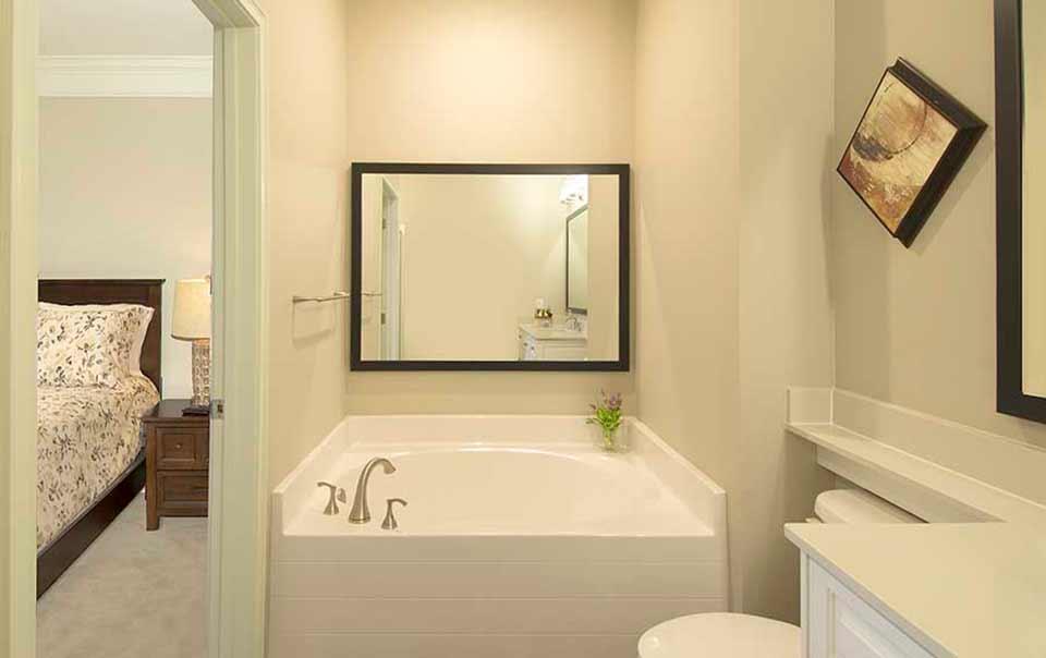 Greystone at Oakland Apartments bath with garden tub