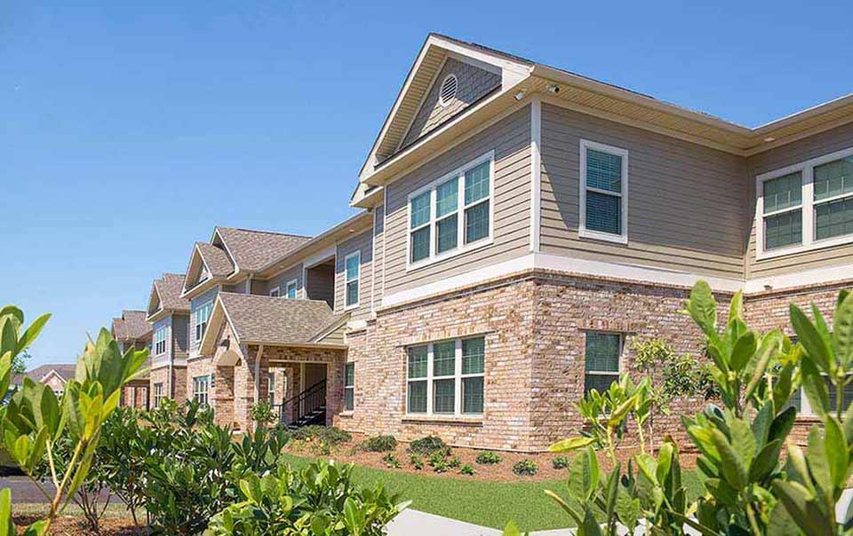 SUmmit landacaping at greystone properties gulf breeze apartments